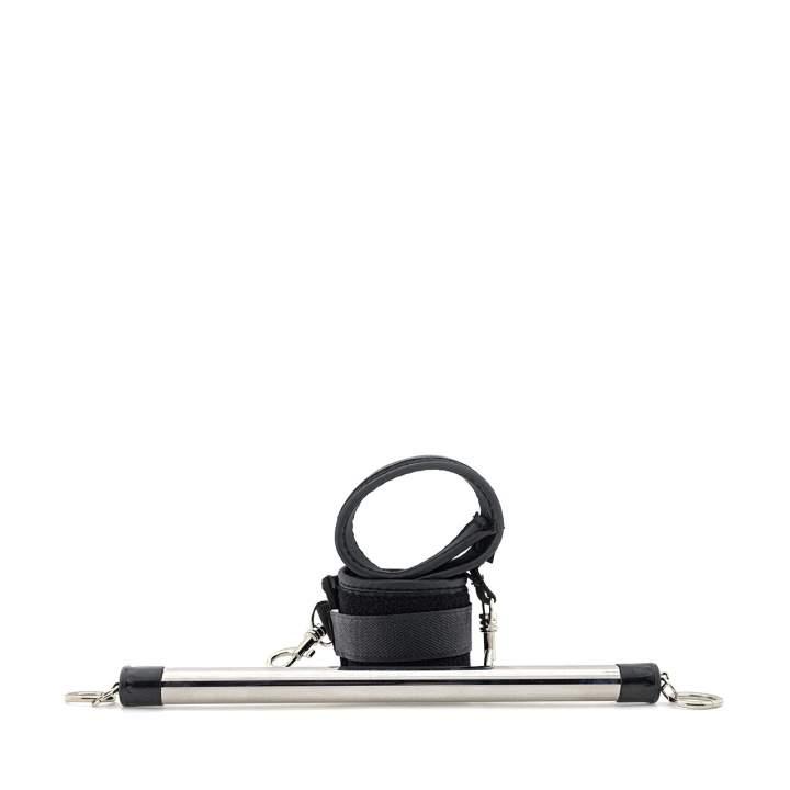 Metalowa rozpórka z kajdankami na nogi - pełna gotowość bez przerwy